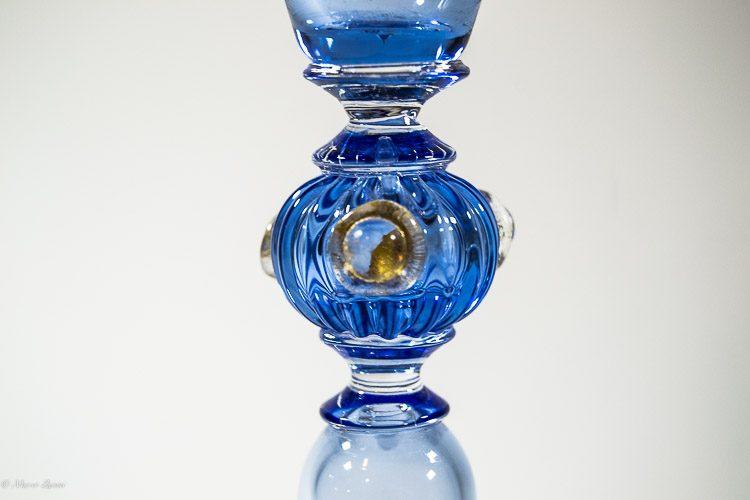 Particolare del gambo di un calice azzurro in vetro di Murano
