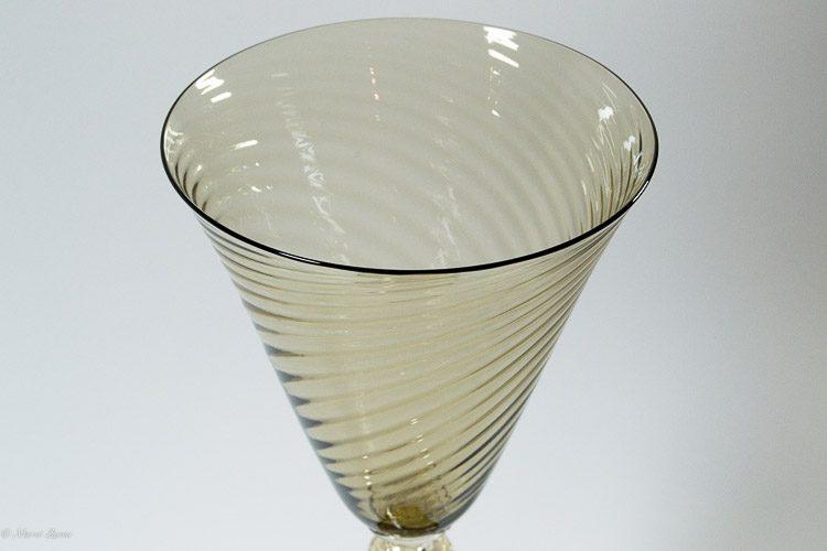 Particolare di calice zigrinato in vetro di Murano