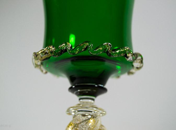Dettaglio di calice in vetro di Murano verde con oro