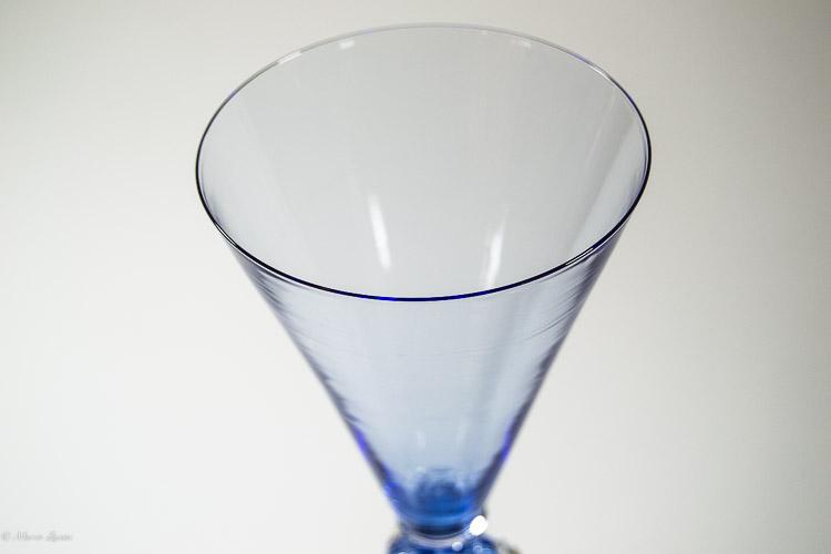 Particolare del bevante di un calice azzurro in vetro di Murano