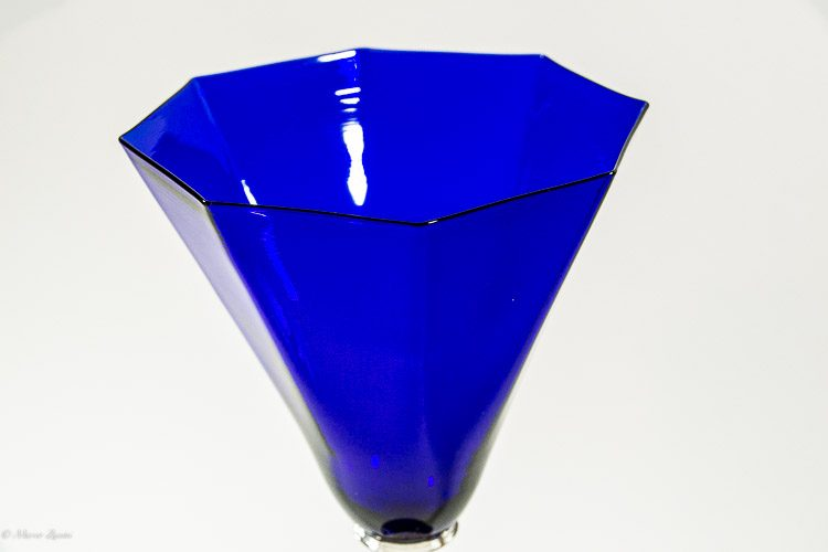 Particolare di calice blu e oro in vetro di Murano