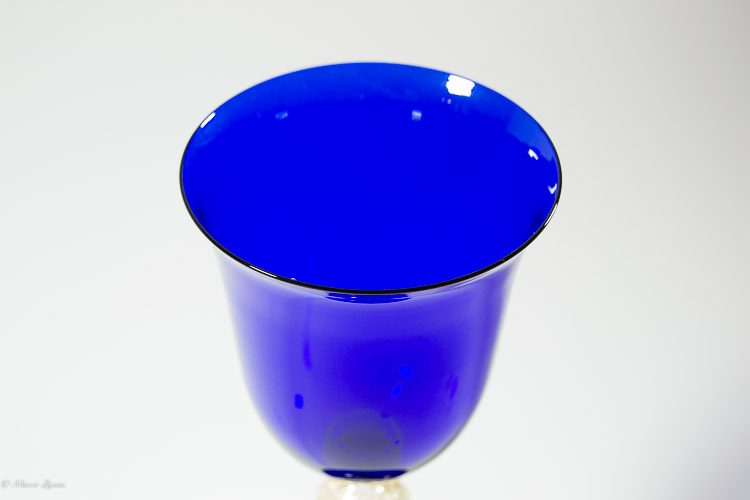Particolare della coppa di un calice in vetro di Murano blu