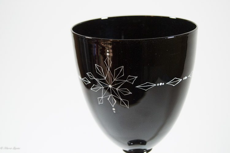 Particolare del bevante di un calice in vetro di Murano nero