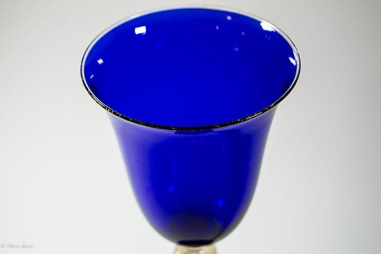 Particolare di calice blu in vetro di Murano