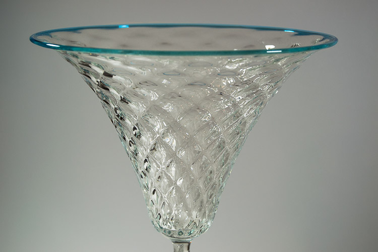 Particolare di coppa in vetro di Murano battuta