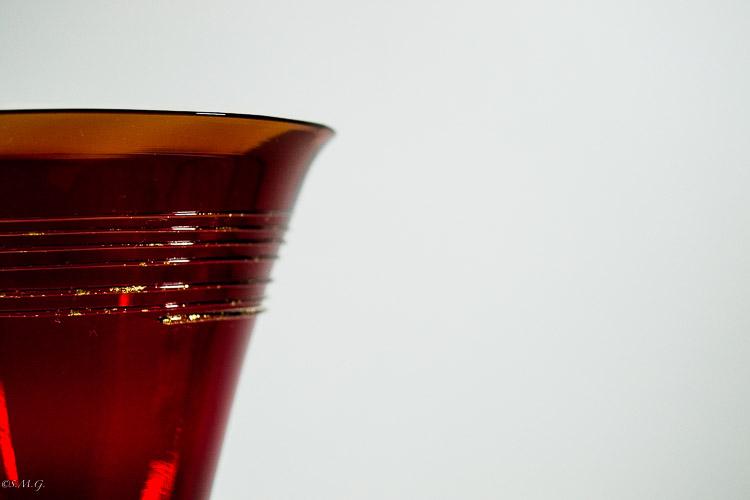 Particolare di calice rosso e oro in vetro di Murano
