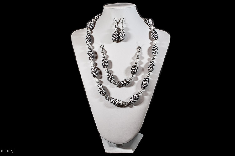 Set of Necklace-bracelet-earrings with black and white u201cFiorateu201d oval beads · Costume Jewelry & Costume Jewelry : Sansovino Murano Glass