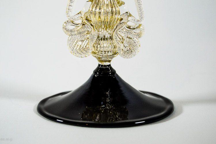 Particolare della base di calice in vetro di Murano nero