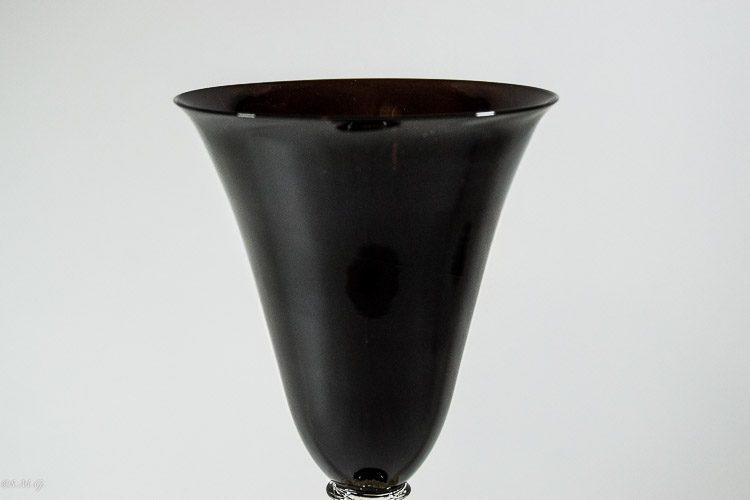 Particolare della coppa di un calice in vetro di Murano nero