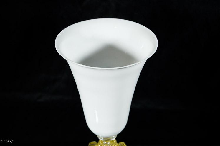Particolare del bevante di un calice bianco in vetro di murano con oro