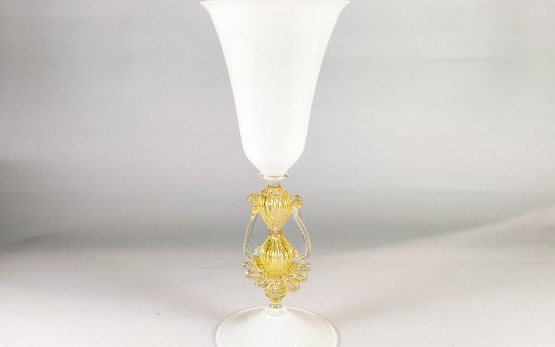 Calice in vetro di Murano bianco con manici sul gambo BMC 06