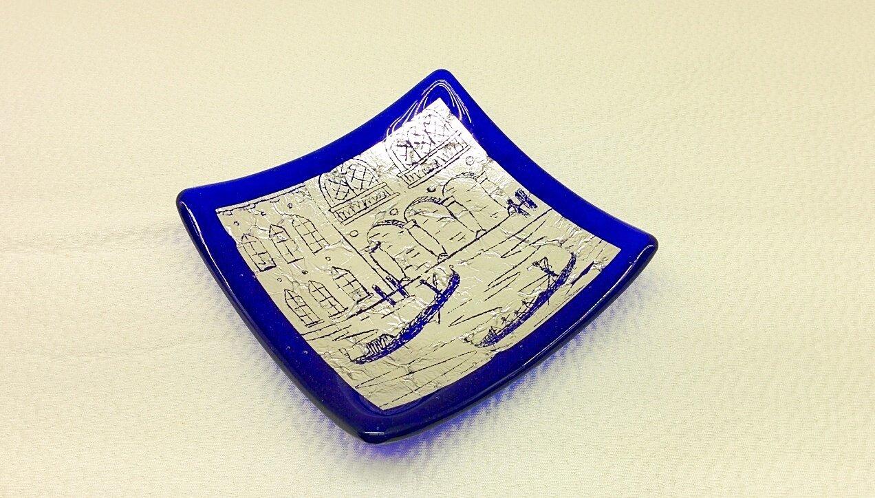 Piatto quadrato blu in vetro di Murano con foglia argento e incisioni