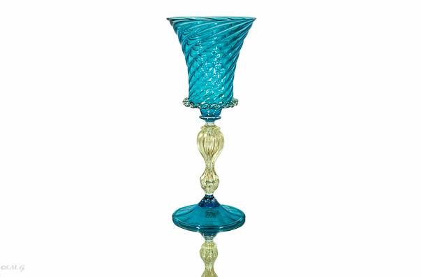 Calice azzurro con gambo in oro e decorazioni