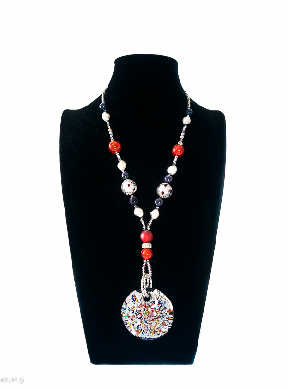 Necklace with round multicolour pendant and glass beads 022