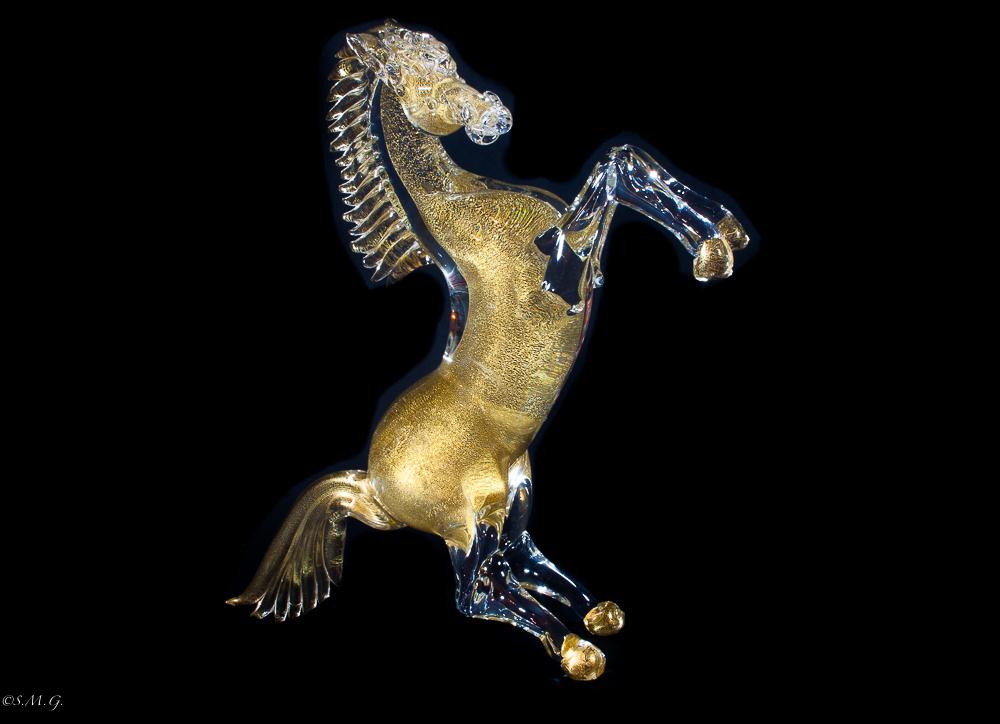 Cavallo rampante in vetro di Murano con oro