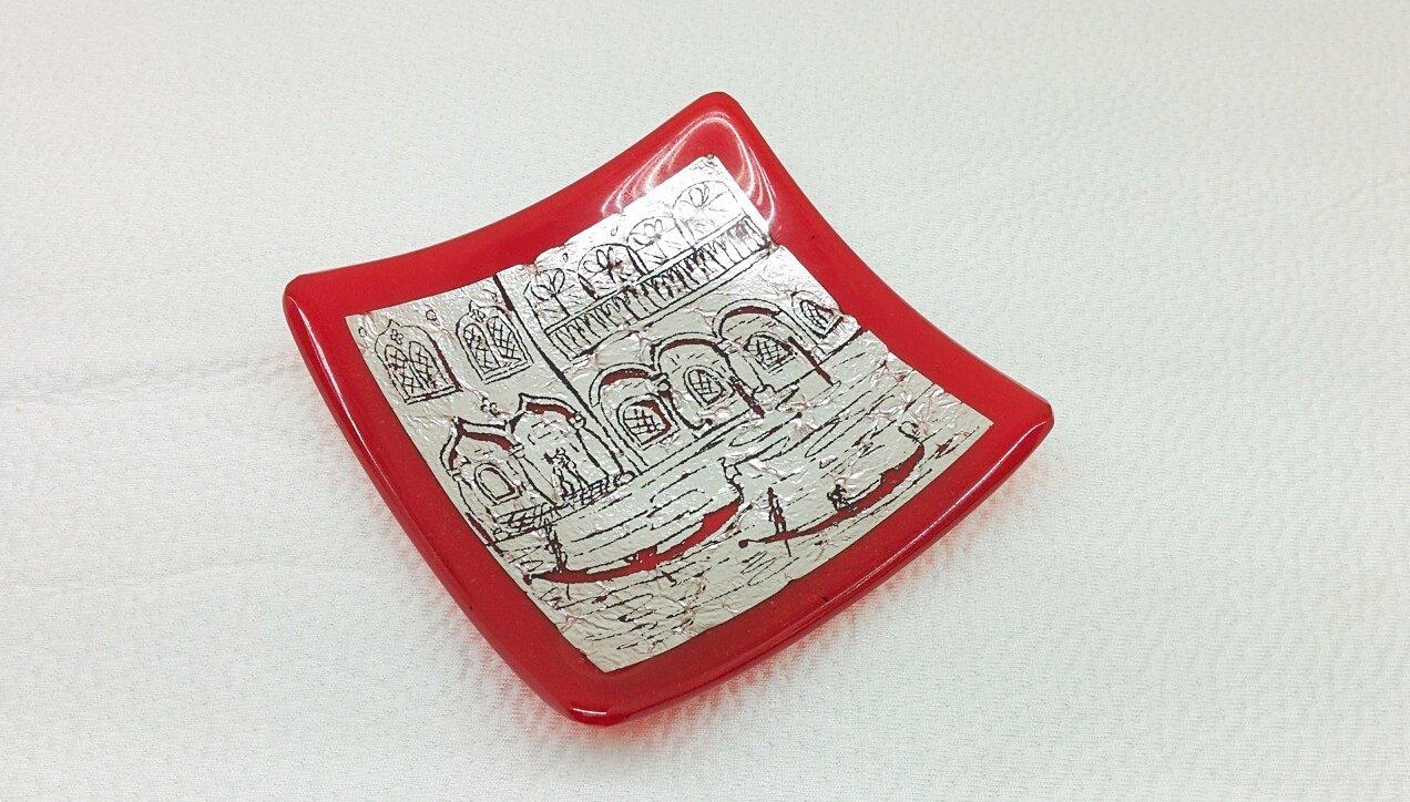 Piatto rosso quadrato in vetro di Murano con foglia d'argento e inicisioni