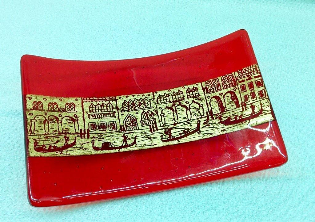 Piatto rettangolare rosso in vetro di Murano con foglia d'oro e incisioni