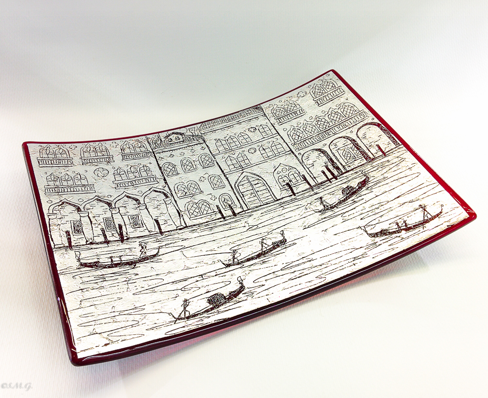 Red rectangular 30 x 20 cm plate with silver leaf and engravings