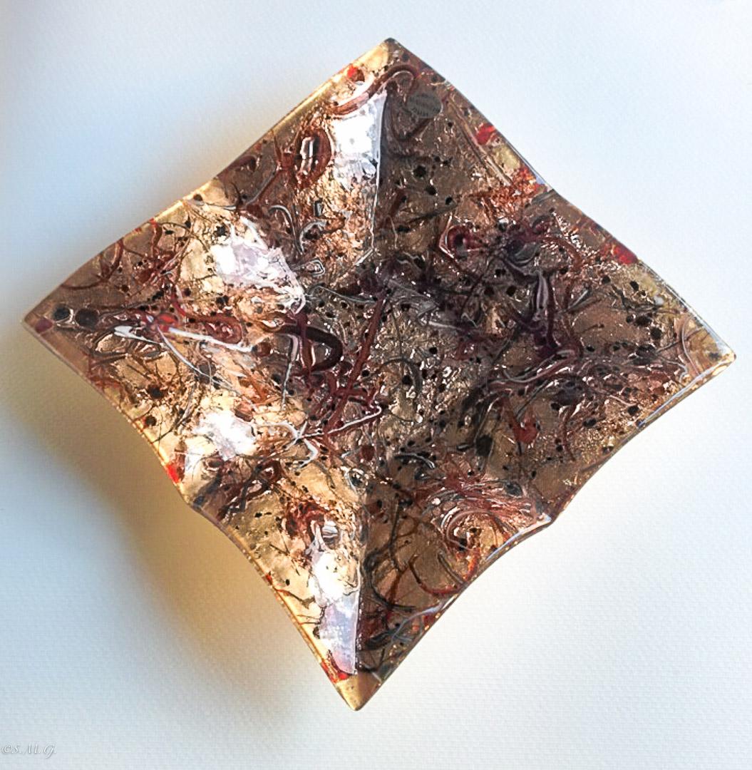 Piatto quadrato con bordi rialzati in vetro di Murano rosso e oro