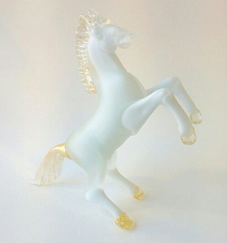 Cavallo in vetro di Murano bianco con oro