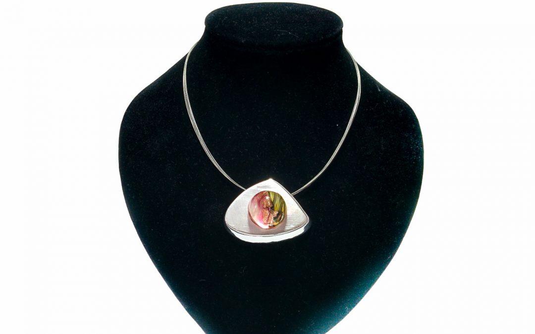 Pendente con perla rosa su base triangolare e catena Oyster 004