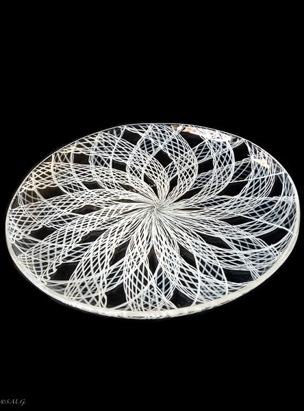 Piatto in vetro di Murano trasparente con linee bianche