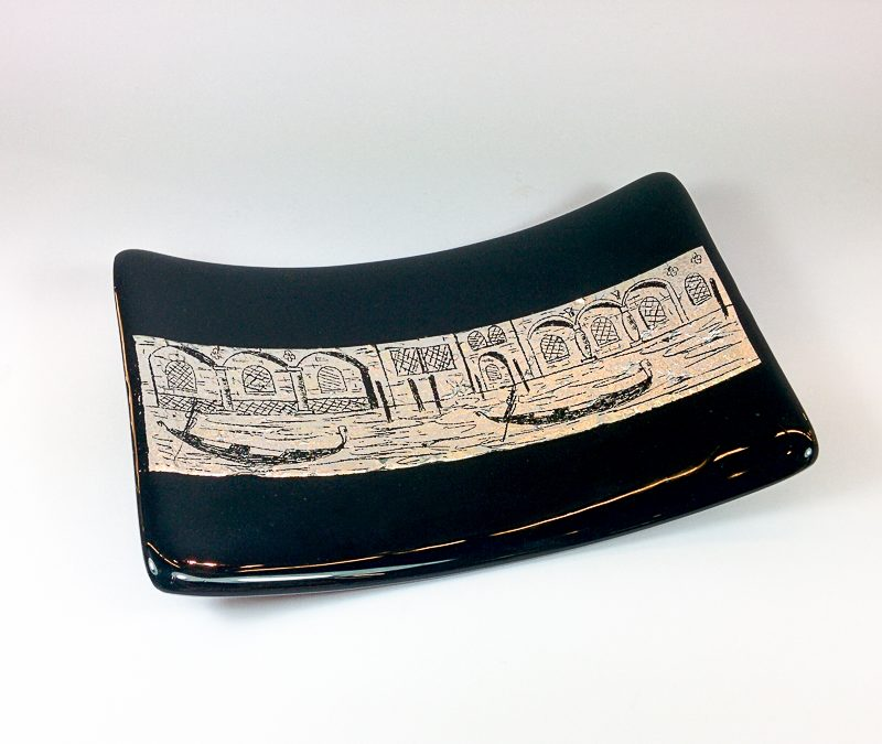 Black rectangular plate 20 x 12 cm with silver leaf and engravings
