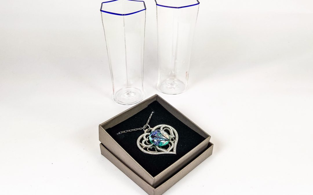 Set of 2 hexagonal tumblers with heart shaped pendant 01